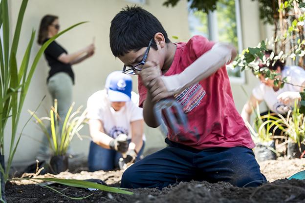 06 niño plantando